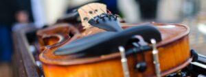 Violino poggiato sulla custodia | Consigli musica matrimonio Puglia 2021